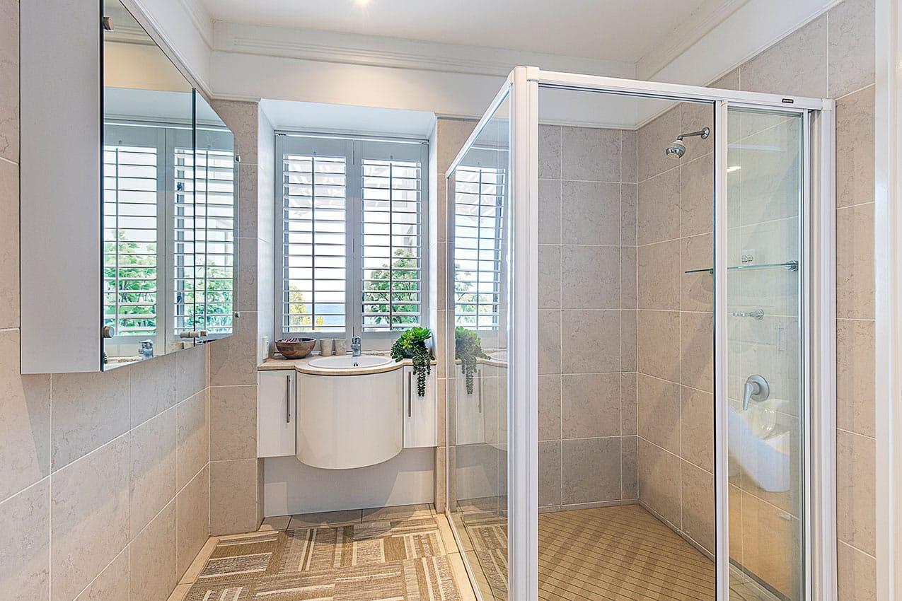 mansion-villa-turquoise-bathroom1